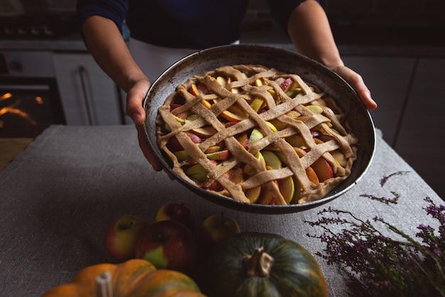 クックは完全に形成されたパイを示し、焼く準備ができています