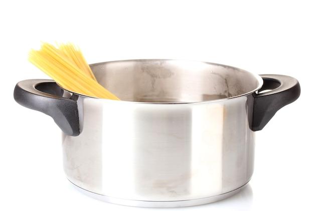 Приготовьте спагетти на сковороде, изолированной на белом
