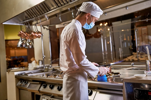 キッチンでガストーチを使って調理する
