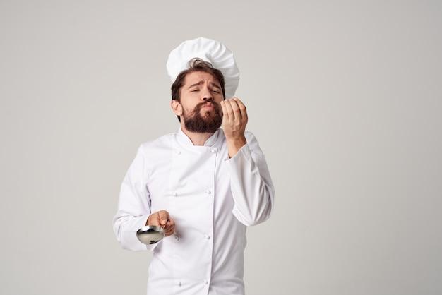 Повар с черпаком в руке приготовление еды кухня профессиональный ресторан