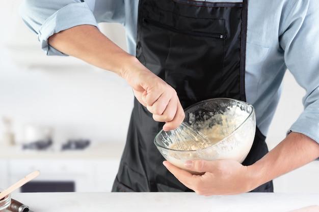 素朴なキッチンで卵を調理する
