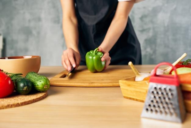 料理の女性健康的な食事のサラダダイエットを調理します。高品質の写真
