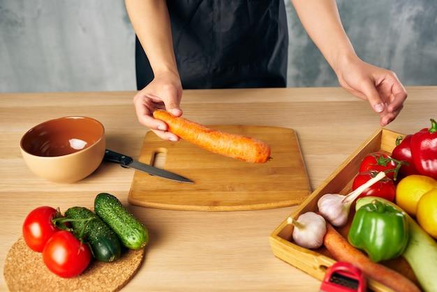 家庭で女性の昼食を調理する菜食主義のまな板