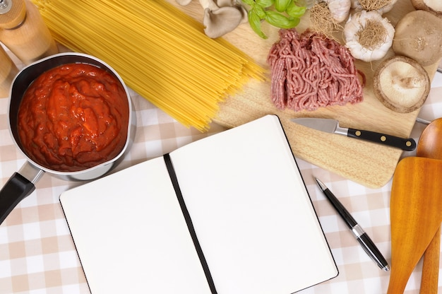 Поваренная книга с ингредиентами для спагетти болоньезе