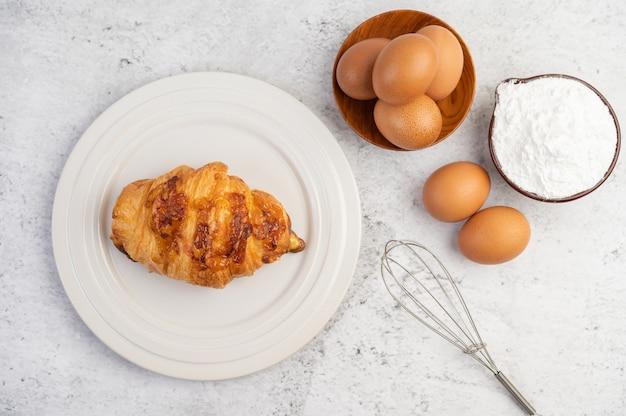 Приготовленный хлеб с ингредиентами яйца и тапиока мука в чашке.