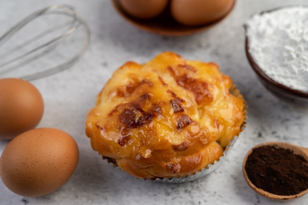 卵とタピオカ粉をカップに入れて調理したパン。