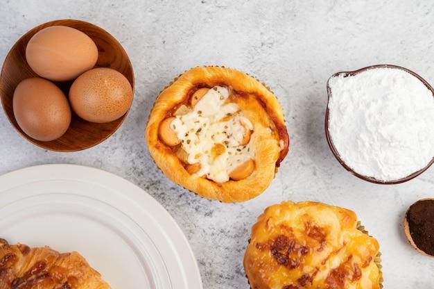 Pane cotto con ingredienti uova e farina di tapioca in una tazza.