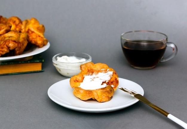 조리 된 아침 식사 : 요크셔 푸딩, 치즈 및 차