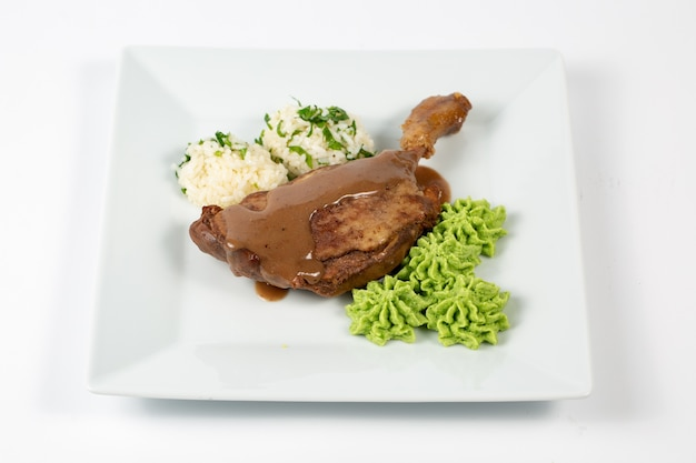 Pollo cotto con polpette di riso e salsa verde