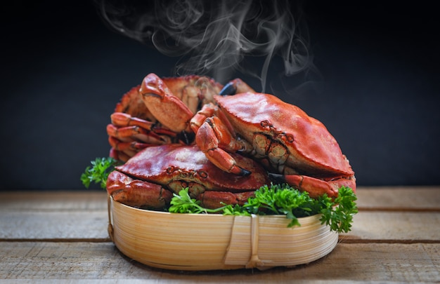Cooked crab on steamer and dark Premium Photo