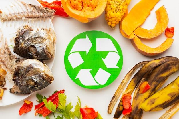Avanzi di pesce cotto e altro simbolo di riciclaggio di cibo avanzato