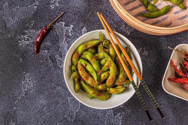 緑の枝豆、日本食。上面図。