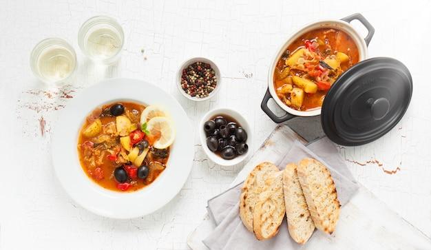 Приготовленный в кастрюлю и тарелку с гренками