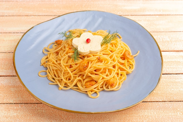 크림 나무에 파란색 접시 안에 채소와 요리 이탈리아 파스타 맛있는 식사