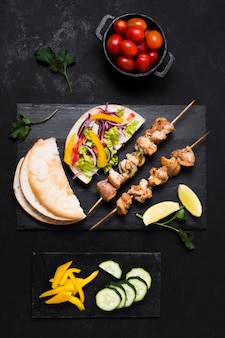 Приготовленное мясо и овощи кебаб и помидоры