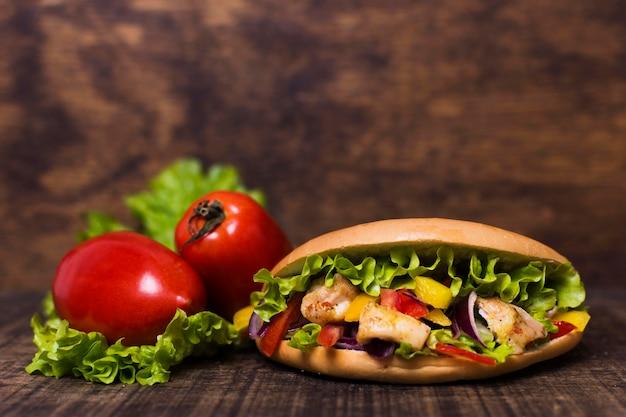 Приготовленное мясо и овощной кебаб, вид спереди