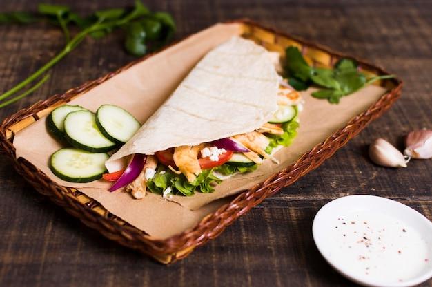Приготовленное мясо и овощи кебаб высокий вид