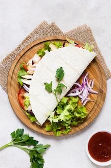 Приготовленный кебаб из мяса и овощей на лаваше