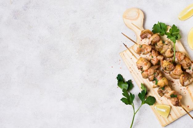 Приготовленное мясо и овощной шашлык на шпажках копируют пространство