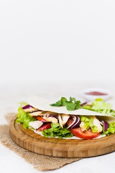Шашлык из вареного мяса и овощей