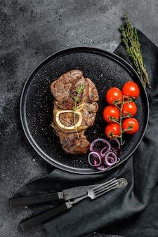 Приготовленное мясо на кости оссо буко в томатном соусе. тушеное мясо ossobuco. вид сверху