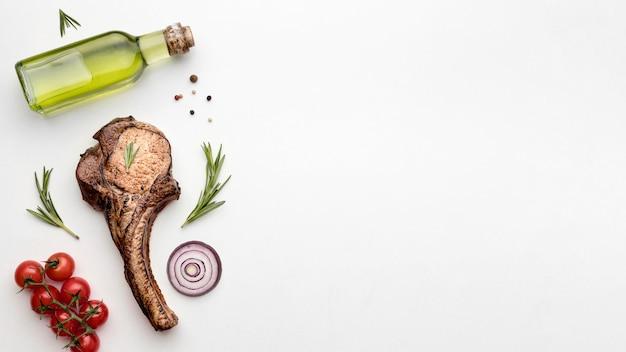 Приготовленное мясо с соусом и копией пространства
