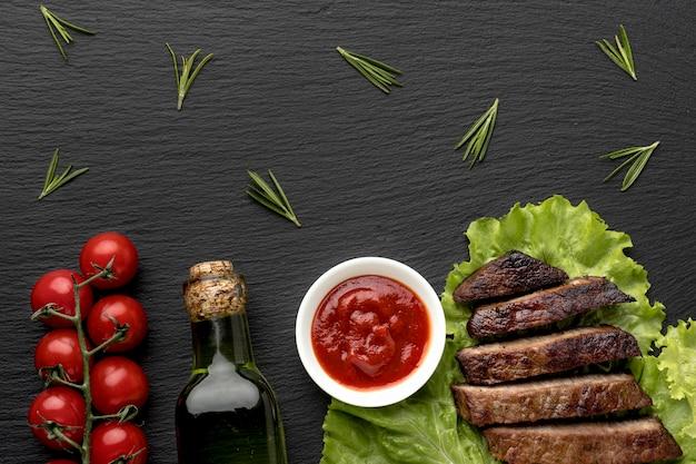 Приготовленное мясо с соусом и вином