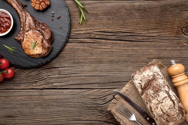 Приготовленное мясо с соусом на деревянной доске с копией пространства