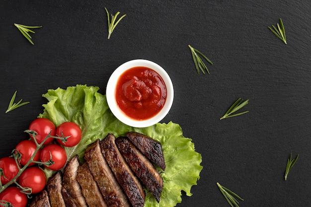 Приготовленное мясо с соусом