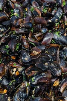 ムール貝のソースとスパイスの大きなボウルで調理