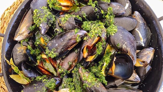 스페인 바르셀로나에서 요리에 향신료와 함께 요리한 홍합 프리미엄 사진
