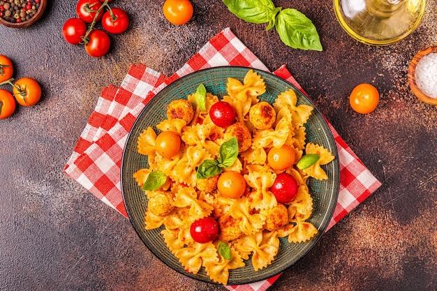 Приготовленная паста с тефтелями и томатным соусом
