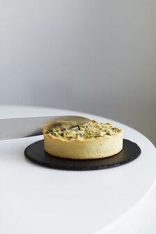 Приготовленный пирог на тарелке с ножом