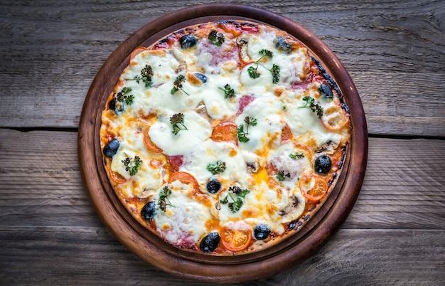 木の板で調理されたピザ