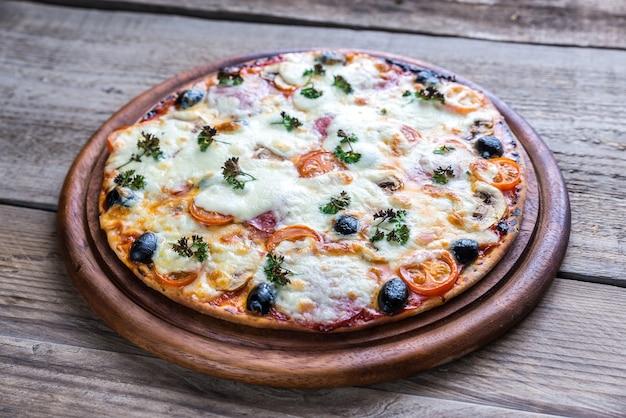Приготовленная пицца на деревянной доске