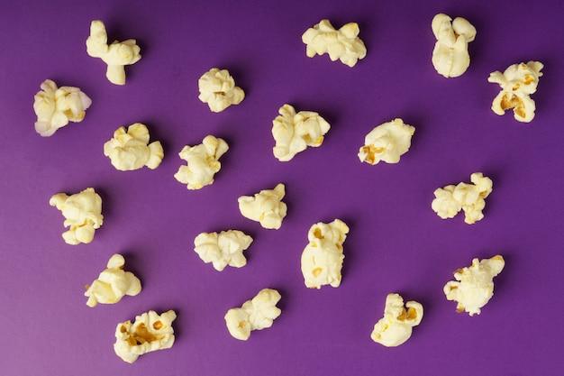 Приготовленный попкорн на фиолетовом фоне