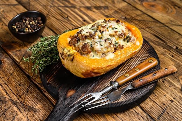 다진 고기, 야채 및 허브로 채워진 호박 요리.