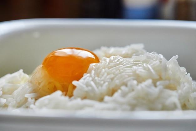 チャードパイを作るための卵入りボウルでご飯。ステップバイステップのレシピ。