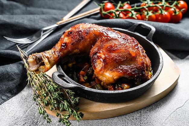 베이킹 팬에 구운 닭 다리 요리. 구운 고기. 회색 배경. 평면도