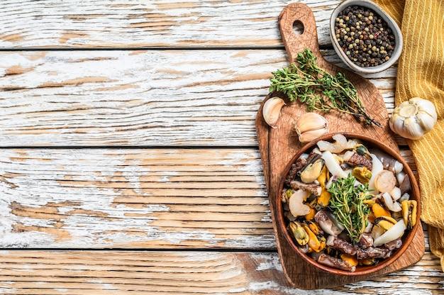 ムール貝、アサリ、イカ、タコ、エビ、エビを木製のボウルに入れて調理したシーフードミックス