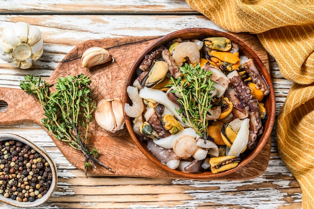 Приготовленная смесь морепродуктов в деревянной миске
