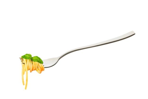 요리 스파게티 파스타는 흰색에 고립 된 바질과 토마토 소스의 잎과 포크에 압 연