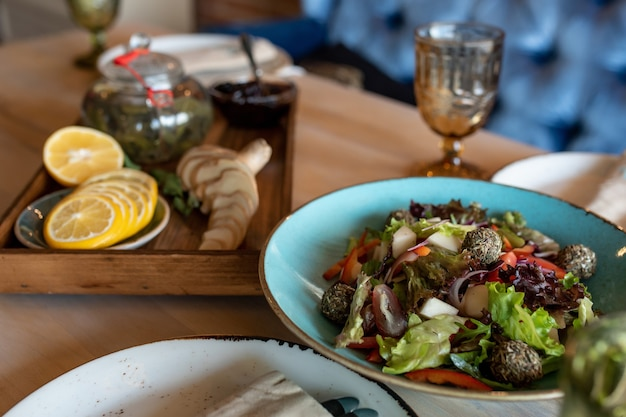 블루 접시에 구운 시금치와 마늘 샐러드 구운 접시에 레몬과 생강