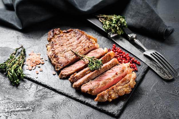 Приготовленный стейк из стриплоина со специями