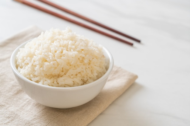 Миска приготовленного тайского жасмина с белым рисом