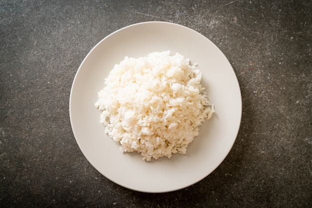 皿にタイのジャスミン白ご飯を炊きました