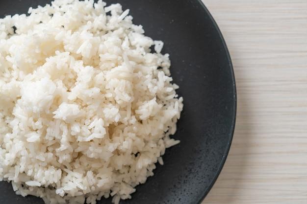 Приготовленный тайский белый рис с жасмином на тарелке
