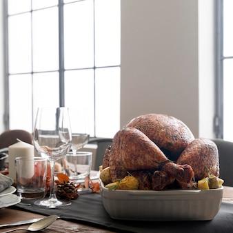 感謝祭の日にテーブルで七面鳥を調理