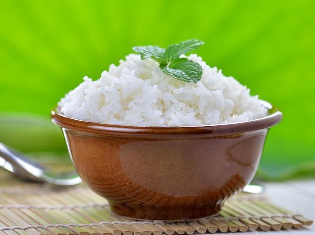 세라믹 그릇에 박하로 장식 된 흰 쌀밥