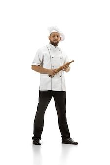 Плита, шеф-повар, пекарь в униформе, изолированные на белом фоне студии, для гурманов. молодой человек, портрет повара ресторана. бизнес, foor, профессиональная деятельность, концепция эмоций. copyspace для рекламы.